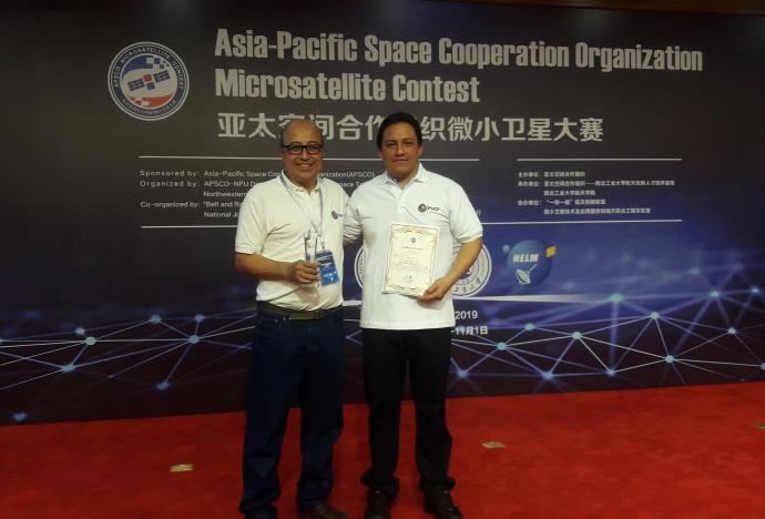 Grupo peruano en el tercer lugar del Concurso Mundial de Microsatélite