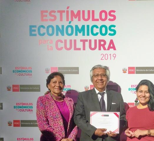 María Ruiz Vivanco, Carlos Chávez y Lourdes Espinoza, sonríen tras ganar el premio de la DAFO el 2019.