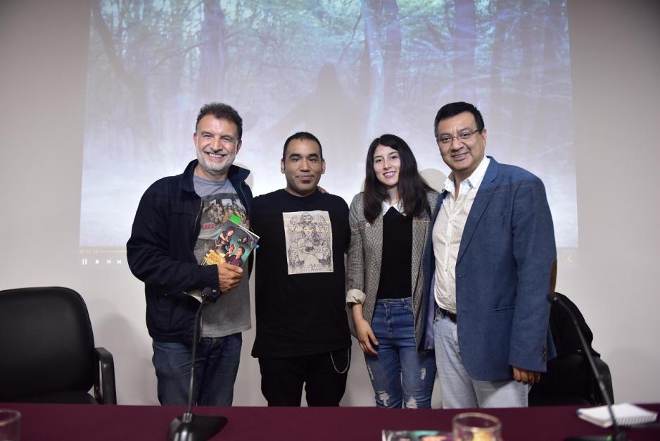 Cuatro personas posan en el CCPUCP después de la presentación del libro del autor Mario Zegarra, una de ellas es el autor que está segundo a la izuqierda y en el extremo derecho está el profesor Ricardo Sumalavia. Los otros dos son un hombre y una mujer desconocidos.