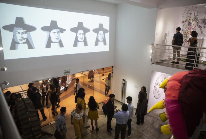 Jóvenes artistas y diseñadores exhiben en la Expo de Egresados del CCPUCP