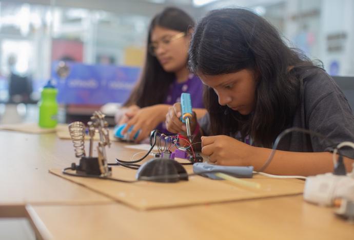 50 alumnas de secundaria conocieron las carreras científicas y tecnológicas en la PUCP