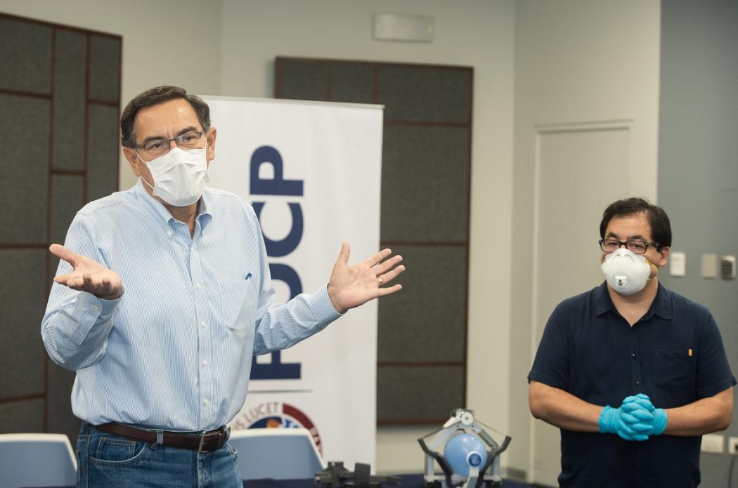 El presidente Martín Vizcarra visitó la PUCP para conocer el respirador mecánico Masi   PUCP