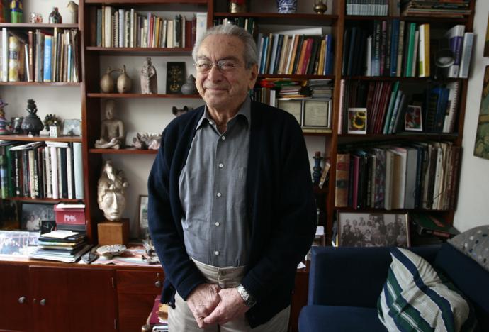 La valiosa biblioteca de Julio Cotler es donada a nuestra Universidad