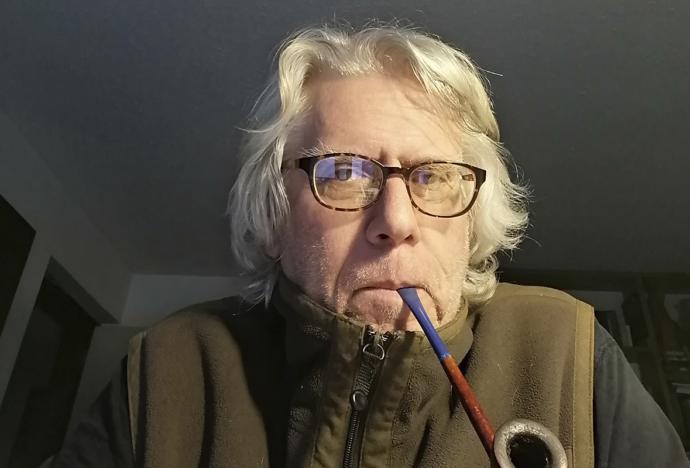 Mario Montalbetti publica Simio meditando (ante una lata oxidada de aceite de oliva)